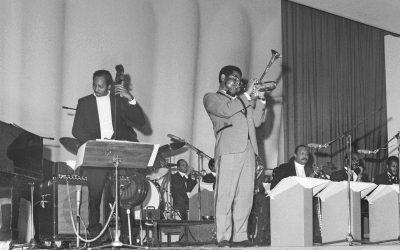 Dizzy Gillespie orkestereineen Kulttuuritalon lavalla, mustavalkokuva.